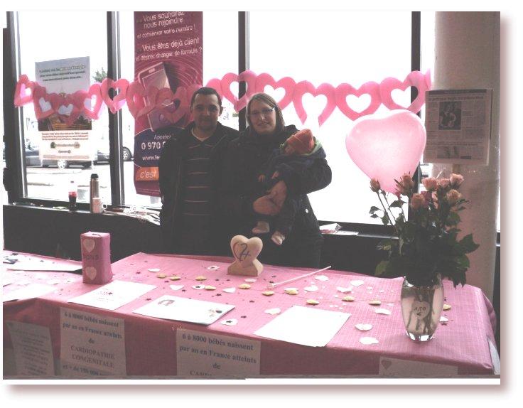 Gloria et Romain  parents d'Axel avec leur stand  sur les cardiopathies congénitales dans la galerie du Leclerc