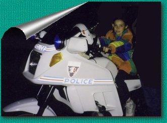 Gaëlle sur la moto de la Brigade de nuit de St Lô