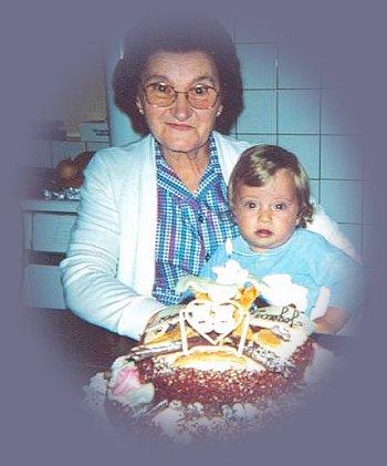 Anthony 1 an avec son arrière grand mère.